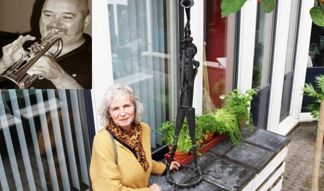 Conny Rechterschot-Swinkels naast het beeld De Trompetter, waar haar broer Rini (inzet) model voor stond. (Foto: Arjen Dieperink)