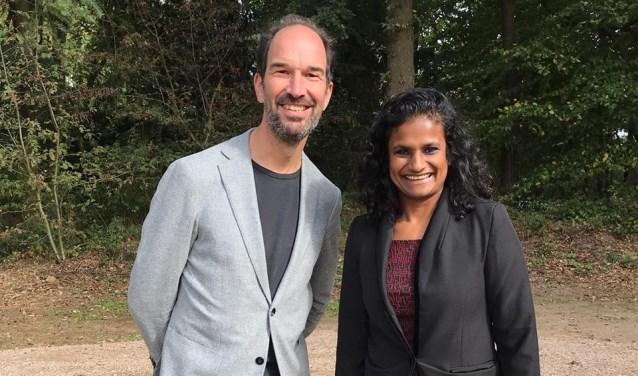 Renuka van Gaal samen met gedeputeerde Henri Swinkels in speeltuin Gewoon Buiten.