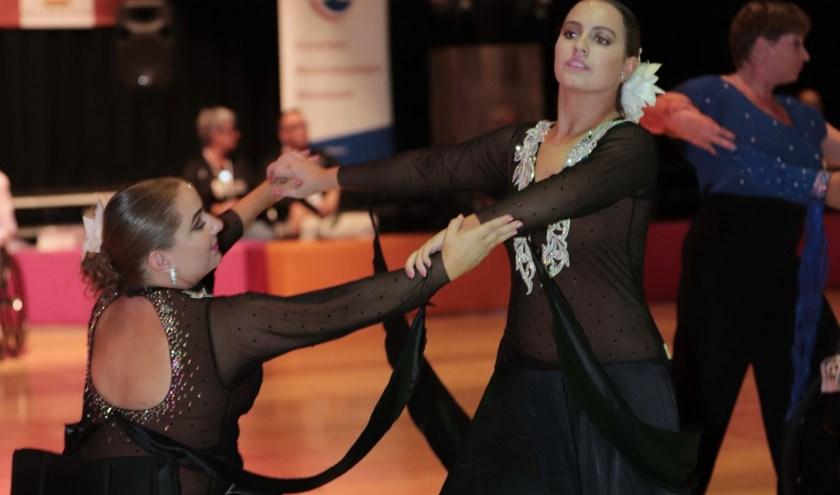 Stijldansen is nog te onbekend als sport bij valide én sporters met een beperking. Anouk en Daphne geven graag demo's!Foto: Rob Ronda