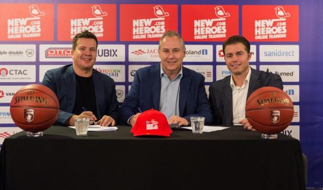 Op de foto van links naar rechts Bob van Oosterhout (Eigenaar New Heroes Basketball), Erwin Vos (Manager Marketing & Communicatie CSU) en Joost Boelens (Manager Commerciële Zaken CSU).