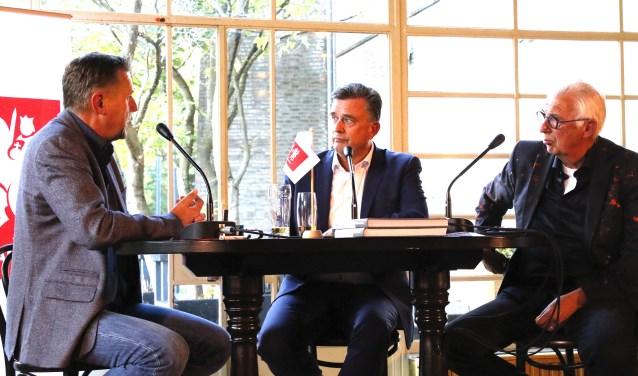 Emile Roemer (midden) en Frans Fleuren (rechts) aan tafel bij Nieuwscafé-presentator Herman Wissink. (foto: Bas Delhij)