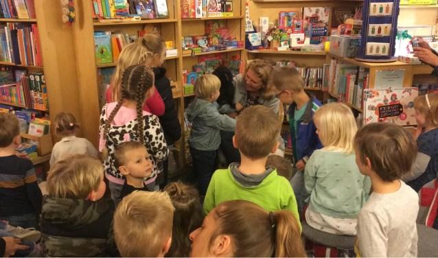 4 oktober: kinderen aaien pop 'Kraai' bij auteur Susanne van der Wouden