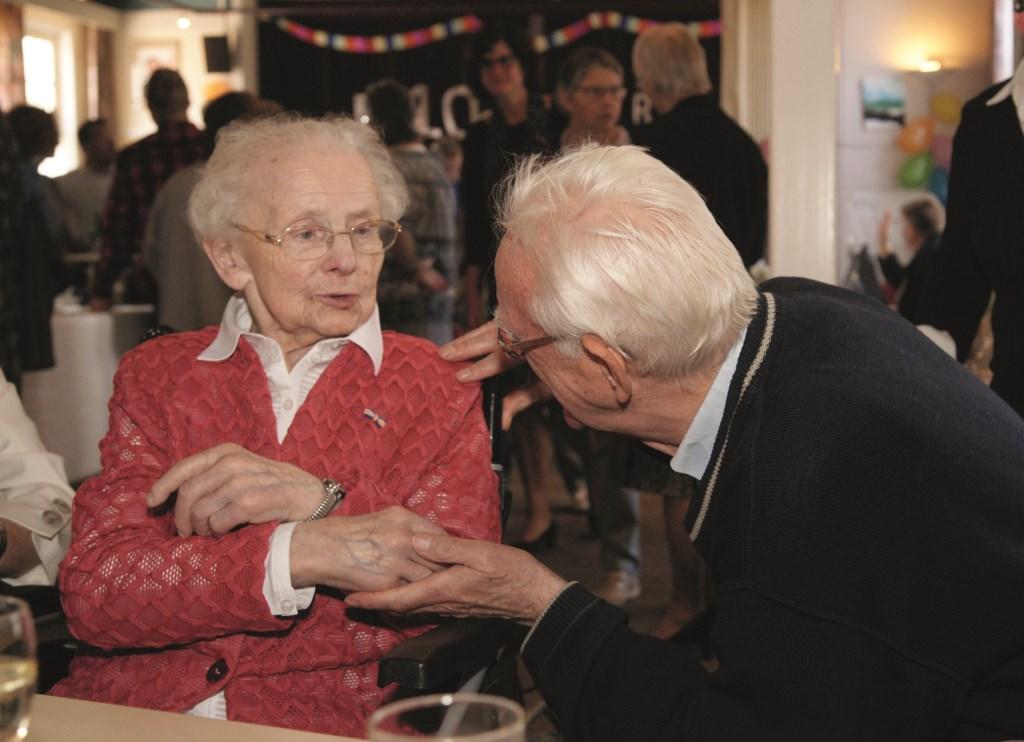 Riek Oversteeg neemt felicitaties met haar honderdste verjaardag in ontvangst van pastor Huls.