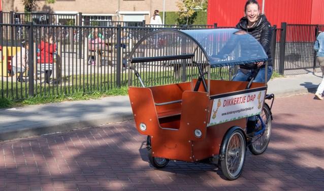 Bij kinderopvang Dikkertje Dap worden kinderen vervoerd met een bakfiets bolderkar. (foto Willem Feith)