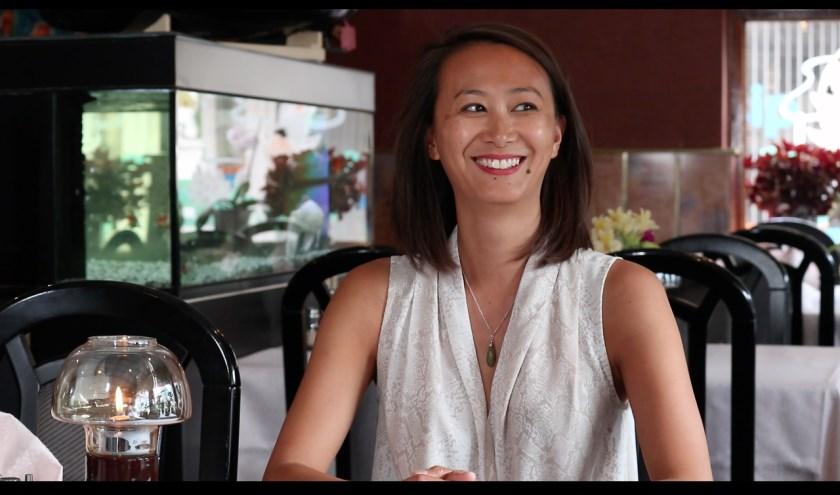 """Julie Ng (hier in het restaurant van haar vader): """"Mijn film wordt ook een ode aan de eerste generatie Chinezen in Nederland."""""""