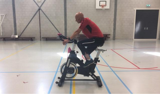 Sportinstructeur en mede organisator van de spinningmarathon Eric Kamphuis in de sportzaal van PI Nieuwersluis.
