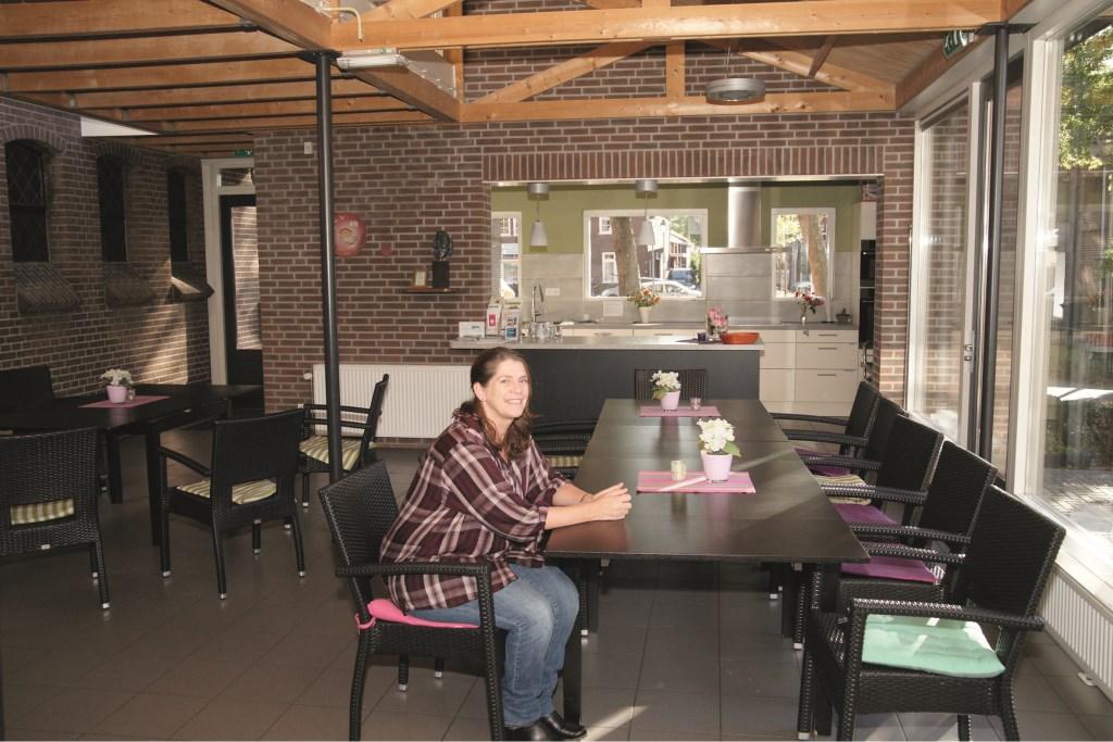 """Jacqueline Schilling aan tafel in inloophuis De Herberg aan de Dorpstraat: """"Ik geloof heel erg in de kracht van het elkaar ontmoeten."""""""