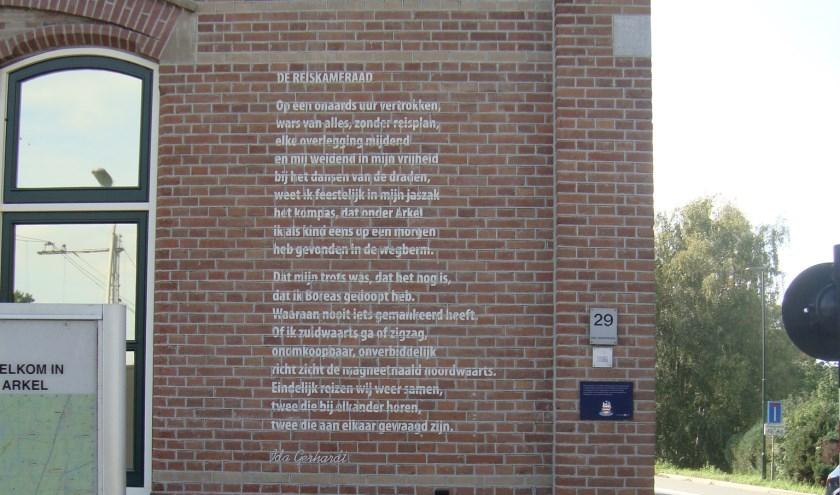 'De Reiskameraad' op het rustieke stationsgebouw.