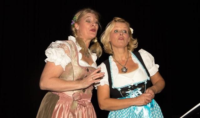 """Heidi Broeksteeg (l.) vertolkt samen met haar zangpartner bij gezelschap LOL, Irma Klijn van Kooten, """"Im weissen Rössl"""" van Ralf Benatzky."""