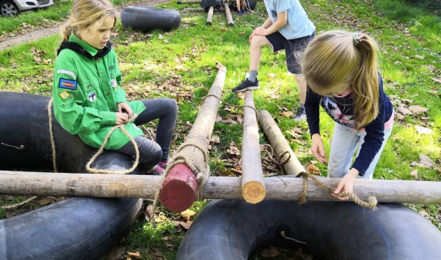De welpen van de Scouting Tono-groep bouwen een drijvende brug over de Sweelincksingel