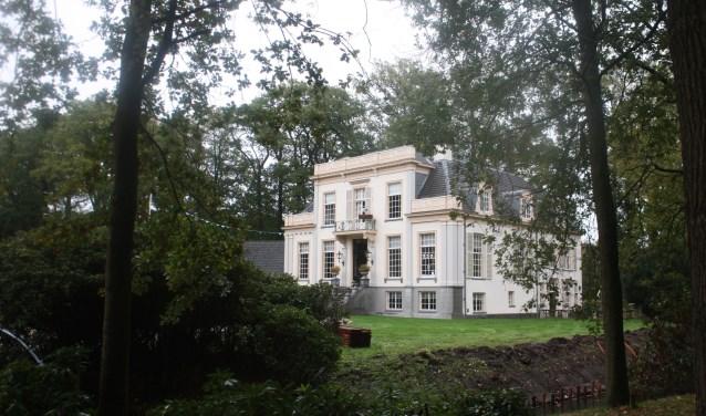 Met de bouw van een koetshuis en andere opstallen moet de Bonenburg nog meer grandeur krijgen.