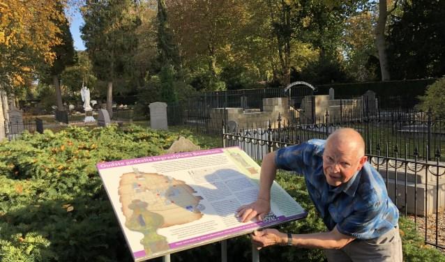 Het informatiebord op de oude begraafplaats aan de Kerkhoflaan is vervangen.
