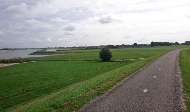 De Dijk bij Rossum, waar Maas en Waal elkaar bijna raken. De tocht van 7 oktober wordt gereden in en om de Bommelerwaard.