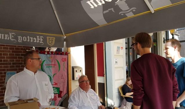 De verkoop van de glazen, boekjes en munten bij Cafe de Sjoes.