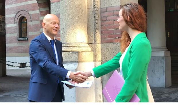 Mariska Plomp draagt de petitie over aan wethouder Bert Wijbenga.