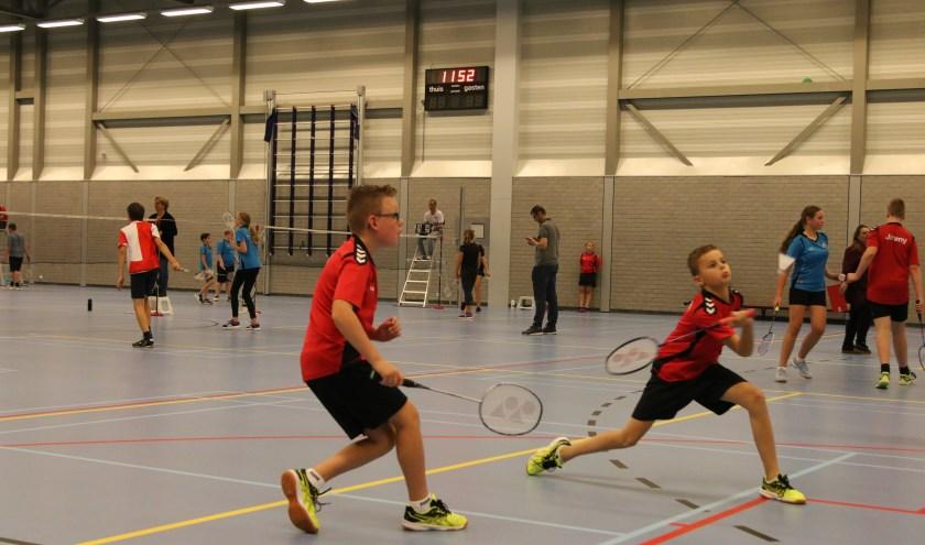 De jeugd speelt spannende partijtjes badminton