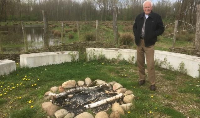 Dr. Wim Hagoort spreekt tijdens de najaarsbijeenkomst van Stichting Oud Nijkerk over de geschiedenis van de polder Arkemheen.