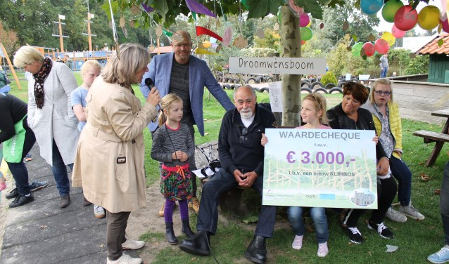 Edu hoek ( Kukelnest ) Will Bosch (WillMedia ) Burgemeester Ellen Nauta en de winnaars van de kinderwensen