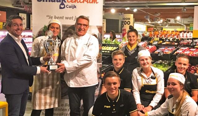 Joop Bosmans (links) en Martien Bos (rechts): trots op erkenning voor meest gezonde supermarkt.