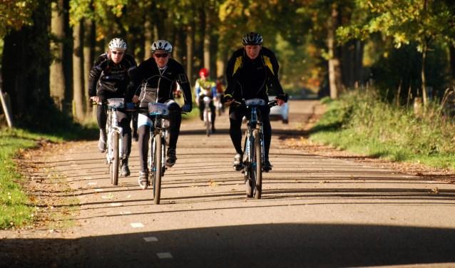 De korte route telt 472 hoogtemeters en de lange zelfs 688. Zie www.lossersewielerclub.nl