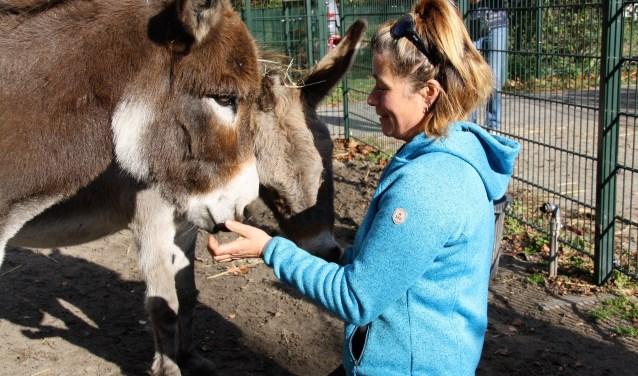 Nanda met haar favoriete dieren van de kinderboerderij, de ezels Noa en Ramses. 'Het meeste ga ik de kinderen en de ezels missen.' FOTO:  Astrid van Walsem