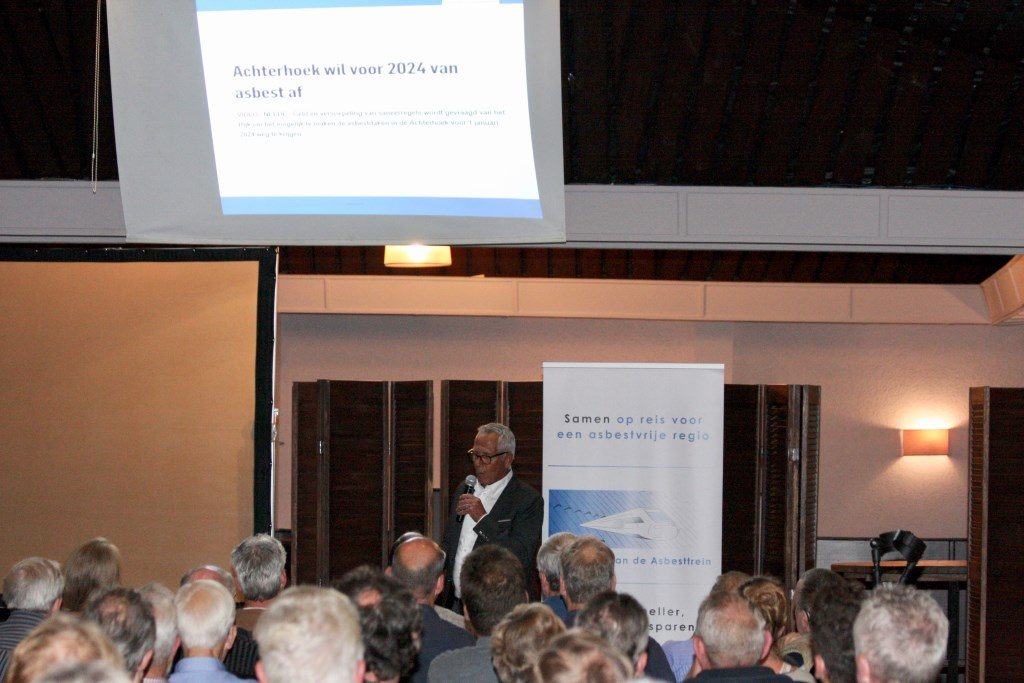 Anton Legeland van de stichting Asbesttrein legt 'het spoorboekje' uit. Foto: Eveline Zuurbier  © Persgroep