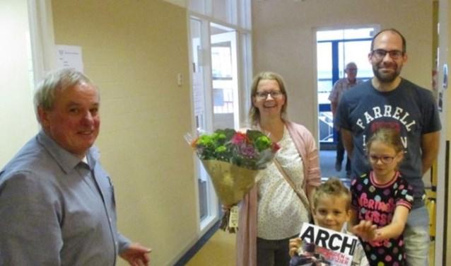Omdat ze de 500e bezoeker van het Archeologisch Depot was, werd Marieke Windsma door SIDS-voorzitter verrast met een bos bloemen.
