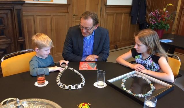 Burgemeester Koos Janssen en kinderburgemeester Anna Hartman ontvangen Marijn.