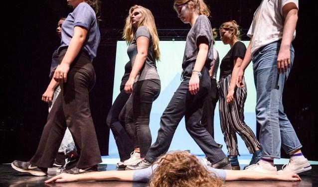 In samenwerking met profs brengen jongeren en ouderen (allen amateurspelers) samen een voorstelling tot stand -Jostijn Ligtvoet Fotografie