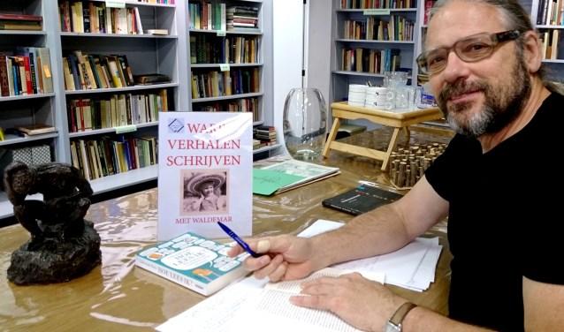 Waldemar Ysebaert in Workshopstudio Wehl druk met het voorbereiden van de cursus Ware verhalen schrijven.