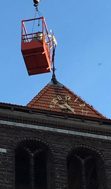 Windhaan wordt van de toren van De Zandse kerk verwijderd