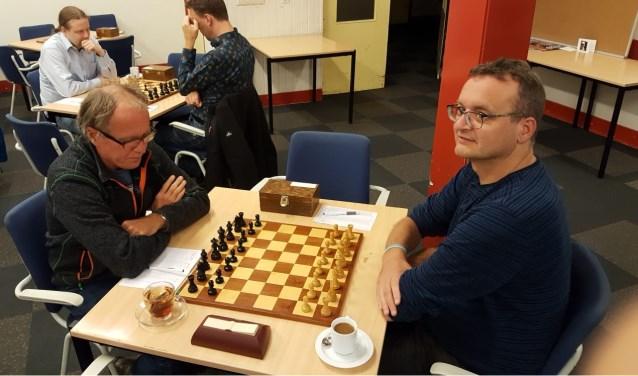 Rinus van der Molen (links) verraste tegen Harry Verhoef en is één van de twee ongeslagen spelers. (foto: Sjoerd de Rave)