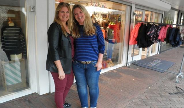 Manon Scholman (l) van Double S en Chantal Straver van Kiekiek Friends maken deze week hun winkels Halloween-proof. Foto Kees van Rongen