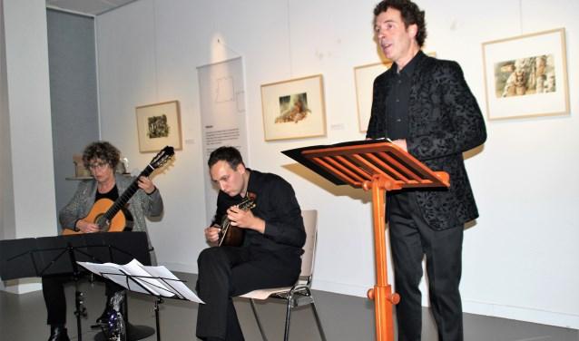 Saskia Spinder op de gitaar, Ferdinand Binnendijk met de mandoline speelden bij de liederen die countertenor Sytse Buwalda zong in het Noord-Veluws Museum. Foto Dick Baas