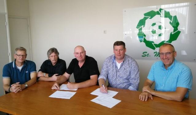 Wijnand en Mike Hoog Antink ondertekenen het contract onder toezicht van de Sc. Meddo voorzitter, secretaris en de penningmeester