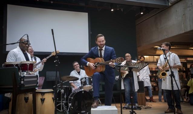 Wethouder Bas Vollebregt verrichte de officiele opening door een stukje op zijn gitaar te spelen, ondersteund door de groep Multi Jam. (Foto: Ronald Stam).