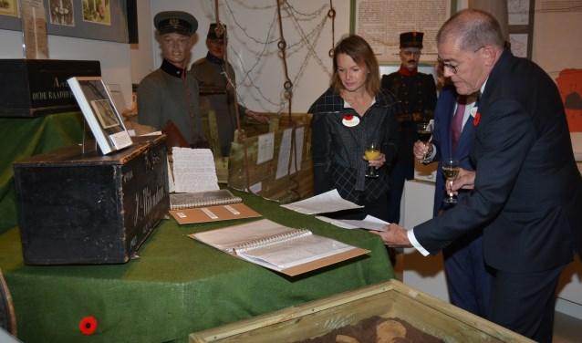 Kort na de opening bespreken burgemeester Piet Zoon en conservator Natalie Kriek wat er te zien is. (Foto's: Pieter Vane en Martin Brink)