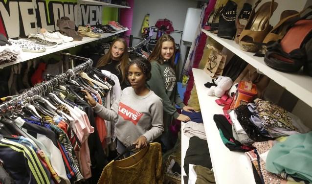 3 meiden van 15 jaar openen weonsdag 17 oktober een vintagekledingwinkeltje binnen de muren van Odeon, waar de deuren altijd voor iedereen open staan. FOTO: Jurgen van Hoof.