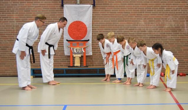 Sensei Ben van Elburg en sensei Ronald Looij groeten de jongste karateka's van Stichting Karate-Do van Elburg.