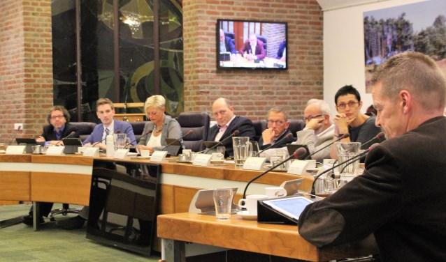 Bij de discussie in de gemeenteraad over de stationsomgeving aandacht voor de te snel pratende André Timmerman (PvdA/GL). De raad nam een unaniem besluit. Foto Dick Baas