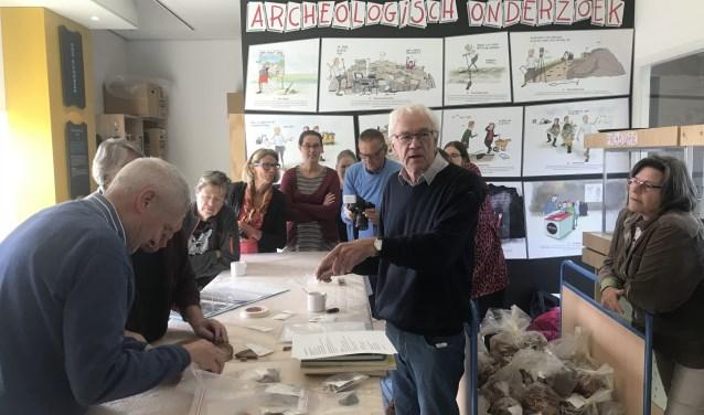 Ton van Bommel, vrijwilligerscoördinator van de AWN, geeft uitleg. Foto: Roberto Cancian.