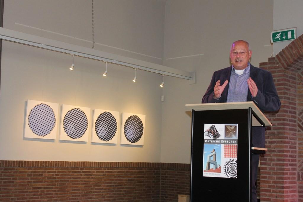 Wethouder Martin Veldhuizen opende de expositie in de Koppelkerk.  Foto: Leo van der Linde © Persgroep