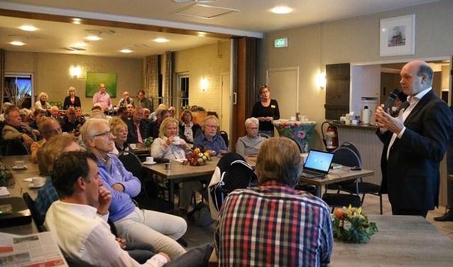 Bijna 60 inwoners van Maarsbergen kwamen afgelopen maandagavond bijeen in 't Gebouwtje. FOTO: Hanny van Eerden