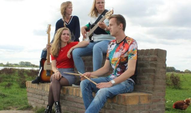 De gitaristen Linda en Karin Bos (boven) en leadzangeres Hannah van Dolder en drummer Jonathan Nobel. (Foto: Lianne Vink)
