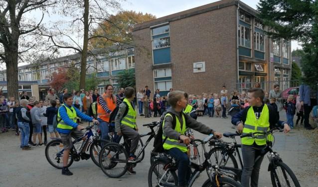 Leerlingen groep 8 van de Koepelschool staan op punt van vertrek. (Foto: Bert Mollema)