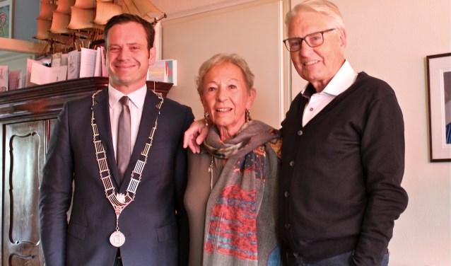 Burgemeester Sjoerd Potters feliciteert het 60 jarig bruidspaar Stephan Godijn en Rietje Derks in Bilthoven. FOTO: Els van Stratum