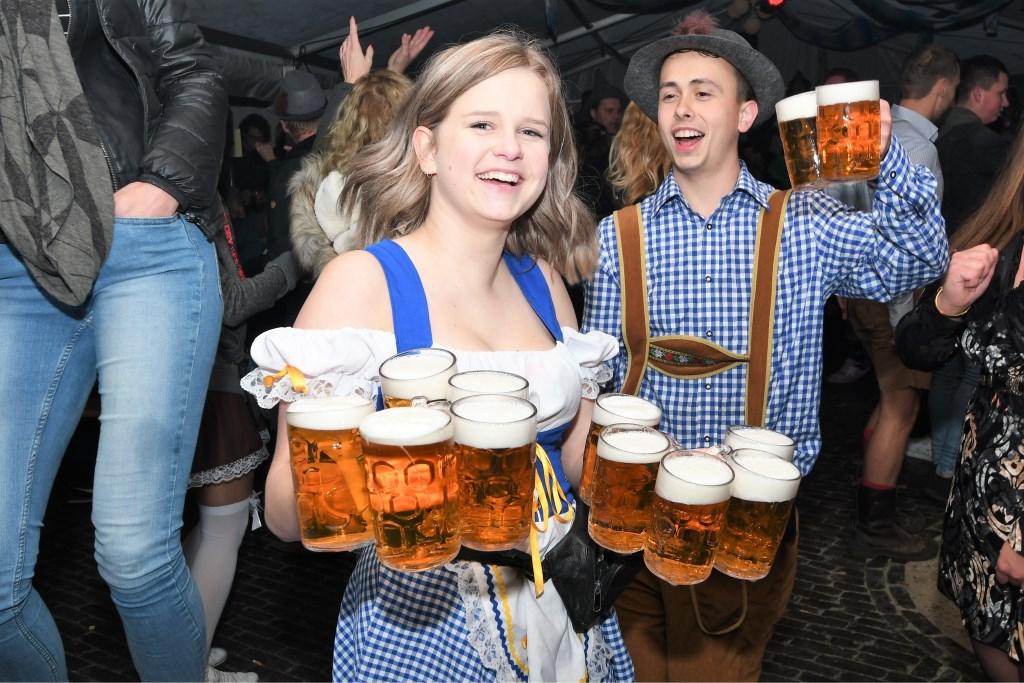 Het was aanpoten voor de biermeisjes Foto: Bert Vos © Persgroep