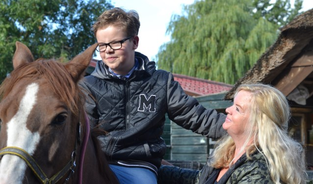 """Angelique Kraan met haar zoon Dillon bij de kinderboerderij in Montfoort. """"Hij is ons kind en het is vanzelfsprekend dat we voor hem zorgen."""" (Foto: Danisha Kraan)"""