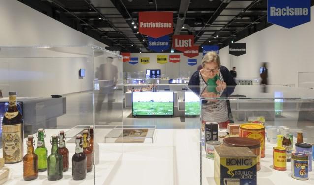 De tentoonstelling is ingericht als een 'fictiesupermarkt' met thema's als echtheid, ambacht, nostalgie, gezondheid, patriottisme en lust.