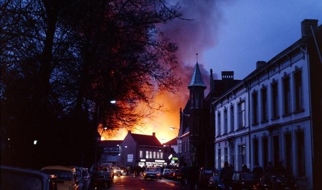 Uitslaande brand bij Listex Recycling, foto genomen vanaf Wilhelminapark, 1978 (foto: Wil van Dusseldorp)